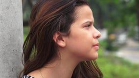 El mirar fijamente adolescente serio de la muchacha Imagen de archivo
