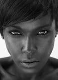 El mirar fijamente afroamericano hermoso de la mujer Foto de archivo libre de regalías