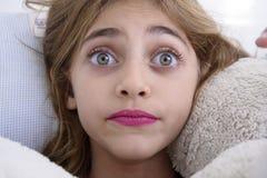 El mirar fijamente asustado de la muchacha Fotografía de archivo