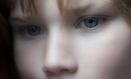 El mirar fijamente de la chica joven Imagen de archivo libre de regalías