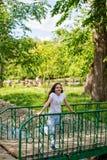 El mirar fijamente de risa de la muchacha feliz en la distancia Foto de archivo libre de regalías