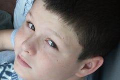 El mirar fijamente del muchacho Fotos de archivo