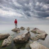 El mirar fijamente el mar Imagenes de archivo