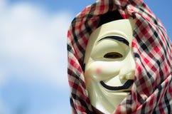 El mirar fijamente enojado de la máscara de la venganza imagenes de archivo