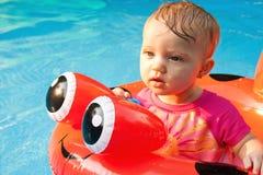 El mirar fijamente flotante del bebé Fotos de archivo libres de regalías