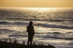 El mirar fijamente hacia fuera al mar Imagen de archivo