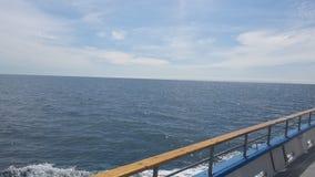 El mirar fijamente hacia fuera en el océano Imagenes de archivo
