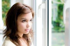 El mirar fijamente hacia fuera la ventana Imagen de archivo libre de regalías