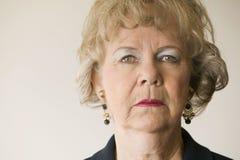 El mirar fijamente mayor de la mujer Imagen de archivo libre de regalías