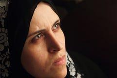 El mirar fijamente musulmán árabe triste de la mujer Fotos de archivo libres de regalías