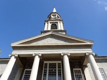El mirar hacia arriba la aguja de la iglesia de unión central de Honolulu Imagen de archivo