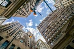El mirar para arriba Chicago& x27; edificio del vintage de s en districtbu financiero imagen de archivo libre de regalías