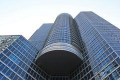 El mirar para arriba el cielo a lo largo de un rascacielos en Toronto céntrico imagen de archivo