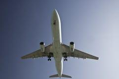 El mirar para arriba el aeroplano Fotos de archivo libres de regalías