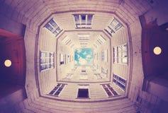 El mirar para arriba el cielo enmarcado por un edificio Imagen de archivo libre de regalías