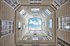 El mirar para arriba el cielo enmarcado por un edificio Imágenes de archivo libres de regalías