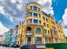 El mirar para arriba el edificio residencial del colorfull alto con el cielo claro Fotos de archivo