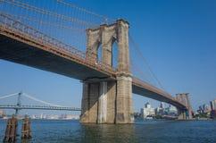 El mirar para arriba el puente de Brooklyn imagen de archivo
