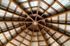 El mirar para arriba el tejado expuesto echado a un lado ocho del haz Fotografía de archivo libre de regalías