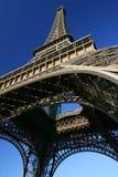 El mirar para arriba la torre Eiffel. Imagen de archivo libre de regalías