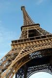 El mirar para arriba la torre Eiffel contra el cielo azul foto de archivo