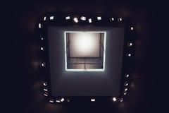 El mirar para arriba las luces en techo moderno del museo de arte Fotografía de archivo libre de regalías