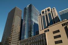 El mirar para arriba los edificios céntricos del rascacielos de Chicago Foto de archivo libre de regalías