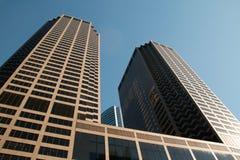 El mirar para arriba los edificios céntricos del rascacielos de Chicago Foto de archivo