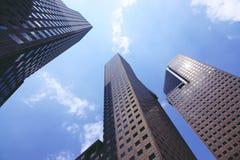 El mirar para arriba los edificios del negocio en Singapur fotos de archivo