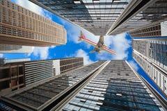 El mirar para arriba los fondos modernos de los edificios de la ciudad imagen de archivo