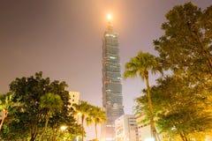 El mirar para arriba Taipei 101 en la noche Foto de archivo libre de regalías