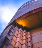 El mirar para arriba un edificio futurista foto de archivo