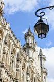 El mirar para arriba una lámpara de gas medieval restaurada en grande lugar del La en Bruselas Bélgica fotografía de archivo libre de regalías
