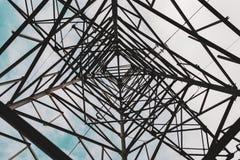El mirar para arriba una torre del metal Fotografía de archivo