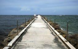 El mirar recto hacia fuera el embarcadero de la pesca de la entrada de los marismas del puerto en la playa en Fort Lauderdale Foto de archivo