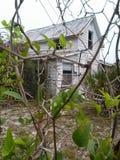 El mirar a través de una cerca esta casa vieja Imagen de archivo libre de regalías