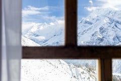 El mirar a través de ventana las montañas Nepal de Himalaya Foto de archivo libre de regalías