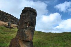 El Moai derrumbado en la isla de pascua Foto de archivo libre de regalías