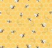 El modelo amarillo inconsútil con el fondo de las abejas y de los panales para la materia textil del bebé diseña Foto de archivo