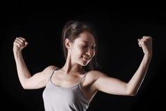 El modelo asiático joven expresa emociones del poder en su cara Imagenes de archivo
