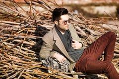 El modelo atractivo del hombre de la moda vistió la tenencia elegante un bolso Fotografía de archivo libre de regalías