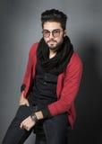 El modelo atractivo del hombre de la moda vistió la presentación casual dramática Imagenes de archivo
