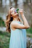 El modelo atractivo en snowdrop azul del olor del vestido florece en el bosque de la primavera imágenes de archivo libres de regalías