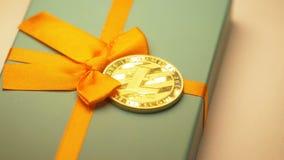 El modelo Belongs de Litecoin al sistema de pago miente en macro de la caja de regalo almacen de metraje de vídeo
