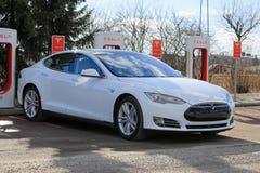El modelo blanco S Electric Car Being de Tesla cargó Foto de archivo