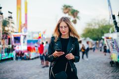 El modelo bonito atractivo joven utiliza el teléfono Imagen de archivo