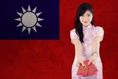 El modelo bonito muestra el sobre con la bandera de Taiwán Imagen de archivo