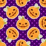 El modelo con las calabazas para Halloween en un fondo púrpura Imagen de archivo libre de regalías