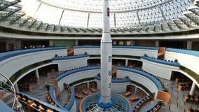 El modelo de cohete en el templo de la ciencia y de la tecnología 3 de mayo de 2017 Pyongyang, DPRK - Corea del Norte  UHD - 4K