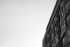 El modelo de cuartos bloquea estilo del condominio del apartamento con un pájaro que se coloca en el tejado Fotografía de archivo libre de regalías